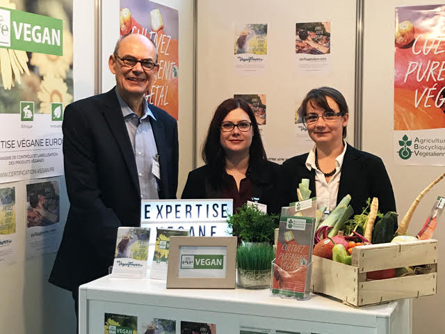 VEGAN FRANCE association at VEGGIEWORLD exposure Paris un octobre 2017. At left, our german partner Axel Anders from BNS NETWORK for biocyclic vegan standard (vegan organic farming network).